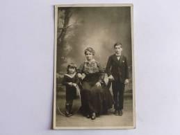 Photographie D'une Mère Et Ses Enfants. - Photographs
