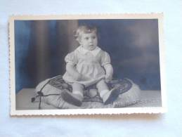 Petite Fille Sur Grand Coussin. Kleine Meisje Op Groot Kussen. 135 X 85 Mm. Photo R.Desender Poperinge - Anonymous Persons