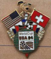 USA 94 WORLD CUP SOCCER  - COUPE  DU MONDE FOOTBALL  USA 1994 - DRAPEAU USA - SUISSE - FLAG US - CHIEN MASCOTTE - (BLEU) - Football
