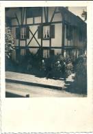 A Situer : Maison En Colombage Et Personnes âgées /Riegelhaus Mit älteren Leuten - Cartes Postales