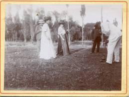 PHOTO EPAISSE 12,5/9,5 CM..UNE PARTIE DE CROQUET EN 1908 (VOIR DOS)...ANIMEE.....QUI RECONNAITRA?.. - Sports