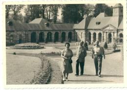 A Situer : Parc Animé, Entouré D'arcades, édifice Néo-classique (orangerie ?) - Cartes Postales
