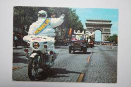 Tour De France - L'arrivée Du Bibendum Michelin Sur Les Champs Elysées - Motos
