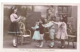 CPA  JEUX D' ENFANTS  L' ECOLE ( Apprendre Pour Savoir ! ) Maitresse Fillette Et Sa Belle POUPEE 1909 - Bambini