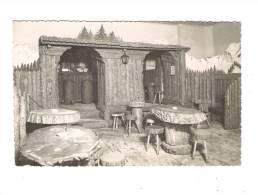 """05 BRIANÇON - Bar """"LA CABANE"""" Chez André - Tables Et Tabourets En Bois Troncs D´arbres Décor Montagne Au Murs - Briancon"""