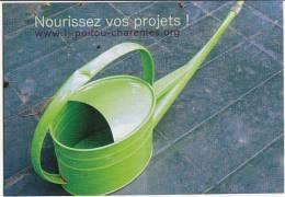 CPM Avec Un Arrosoir : Nourrisez Vos Projets (information Jeunesse Poitou - Charentes) Cart´com - Photo M-E Leyssène - Reclame