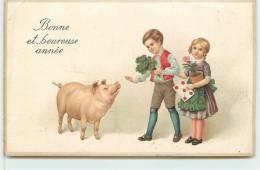BONNE ET HEUREUSE ANNEE  - Cochon Et Enfants.(carte Gaufrée) - Cochons