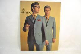 Plaque Publicitaire Années 1960 - 1970, RITEX, Costumes De Luxe. Vêtements Mode Textiles Design Pub Plv - Placas De Cartón
