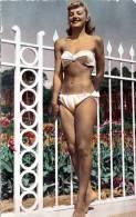 FEMME NUE PIN UP SEXY EROTIC, Junge Schöne Blonde Frau Im Weißen Bikini, Nichte Gelaufen Um 1965, Format: 14 X 8,5 - Pin-Ups