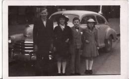 Carte Postale PHOTO - Famille Devant Une Jolie VOITURE CHEVROLET STYLEMASTER 1948 -  - AUTOMOBILE - - Voitures De Tourisme