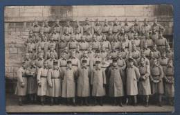 MILITARIA - CARTE PHOTO DE MILITAIRES AVEC OFFICIERS - N°10 SUR LE KEPI ET LE COL - Reggimenti