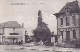 LA  COMMANDERIE.  _  Carrefour De La Mairie. Carte Animée. Café La Proprietaire Devant Sa Porte. Voiture Ancienne Vers M - France
