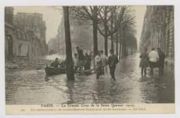 PARIS Inondé : Un Embarcadère De Ravitaillement Boulevard Saint-Germain - Inondation  *f6079 - Paris Flood, 1910