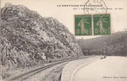 22 GOUAREC  Le Bonnet Rouge  Ligne De CHEMIN De FER Le Long Du CANAL - Gouarec