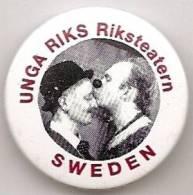 Badge - Unga Riks - Riksteatern Sweden - [théâtre -Theater - Suède - Schweden] - Pin's & Anstecknadeln