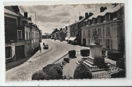91 - ANGERVILLE - LA GRANDE RUE - LA MAIRIE - LE MONUMENT AUX MORTS  - CPSM DENTELÉE 1957 - Angerville