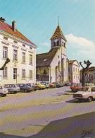 20780  IS SUR TILLE - Place Du Général Leclerc Hotel De Ville Et église St Leger -photo Viard Estel -vieille Voiture