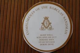 """Macaron Rond Étiquette Autocollant Compliment Of The  Barclay Samdam  Grand Central Hôtel""""dormez Bien"""" - Etiquettes D'hotels"""