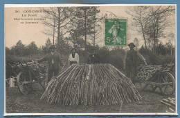 27 - CONCHES -- La Forêt - Charbonniers Montant Un Fourneau - Conches-en-Ouche