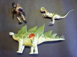 2 Figurines Jurassic Park DINOSAURE 33X18 CMS  22X12  1  Figurine TM KINNER 1993  14 Cms - Jurassic Park