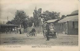 CPA 1900 : PARIS UNE ENTREE DE PARIS AUTOMOBILE MOTO TRICYCLE PORTE DE PARIS - Francia