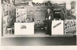 PHOTOGRAPHIE DE LA FOIRE DE RENNES . STAND PEINTURE RENAULAC . 1952 . - Rennes