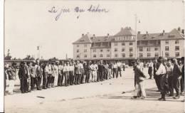 Carte Postale Photo Militaire Allemand -JEU Du BATON Dans Cour Caserne à Nürnberg ? A SITUEGuerre 1914-1918 - Feldpost - - Caserme
