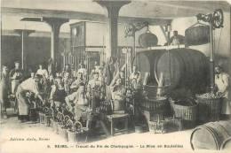 51 REIMS TRAVAIL DU VIN DE CHAMPAGNE LA MISE EN BOUTEILLES EDITION AULA - Reims
