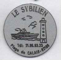 Superbe Pin´s , Restaurant Le Sybilien , Plage De Calais , Bateau , Phare - Villes