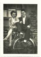 Ancienne Photo Amateur 6x9 Jeune Couple Homme Femme Vélo Bicyclette Selle Brooks Idéale Cyclistes Tirage Argentique 1940 - Radsport