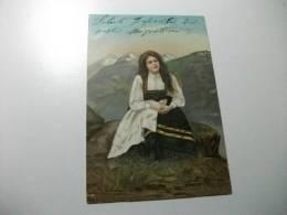 Donna In Costume Tra Le Montagne - Costumi