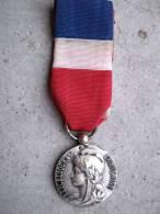 MEDAILLE HONNEUR TRAVAIL NOMINATIVE DATEE 1977 EN ARGENT BON ETAT GENERAL