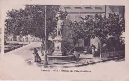 Sanary  *Belle Cpa Rigide/  Quai Esmenard- Statue Devant  L'hotel De La Tour* Ed E.Latour N°671 (dos Simple) - Sanary-sur-Mer