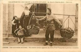 : Réf : L-12-1360  : Chine Un Brave Cooli Apporte Au Jenn T´se T´ang Deux Petites Jumelles - Chine