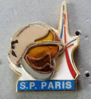 PIN´S SAPEURS POMPIERS CASQUE RELIEF TOUR EIFFEL VILLE PARIS - Firemen