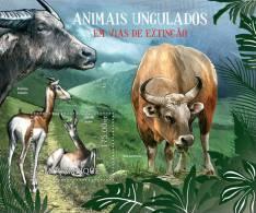 MOZAMBIQUE 2012 - Ungulates. Extincting Fauna. S/S - YT BF578 - Cows