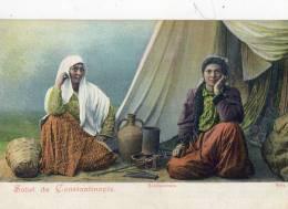 CONSTANTINOPLE (Turquie) Types De Bohémiennes Devant Leur Tente Gros Plan - Turquie