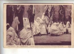 CASABLANCA .- Femmes Marocaines Avec Leurs Drapeaux Fouloirs Un Jour De Fête - Casablanca