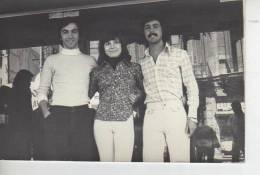MUJER JUNTO A DOS HOMBRES CON ROPA TIPICA DE LA EPOCA DEL1970  ARGENTINA - Anonymous Persons