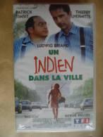 UN INDIEN DANS LA VILLE VHS CASSETTE  FILM T. LHERMITTE - Comedy