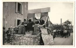 79 - MENIGOUTE CARTE PHOTO  LES NOCES VILLAGEOISES - UN CHAR ET LA FANFARE DEVANT - ROUTE DE PARTHENAY - France