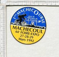 AUTOCOLLANT  -   MACHECOUL -  1ère MACHECOURSE    - 44è Foire Expo -  Mars  1992 - Autocollants