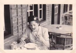 21026- 4 Photos Originales  6x9cm Femme Sans Doute Belge Belgique Vers 1950 - Café Repas