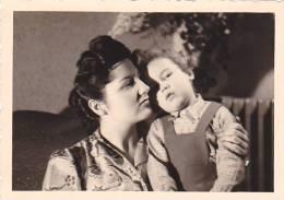 21040- 5 Photos Originales  6x9cm Femme Sans Doute Belge Belgique Vers 1950 -enfant - Personnes Anonymes