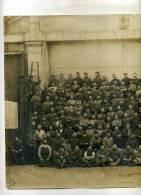 - PHOTO DE GROUPE EN UNIFORME DEVANT UN BATIMENT DE LA COMPAGNIE GENERALE DES OMNIBUS DE PARIS . 1915 - Krieg, Militär
