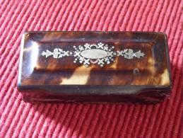 Petite Boite A Tabac En Ecaille, Incrustations Argent Et Nacre XIXe - Koffer
