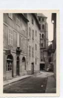 PHOTO  -  BEAULIEU Sur DORDOGNE  (19)  L' EGLISE , Rue Avec Cordonnier, Photo  Et Coiffeur (J. Bouyssou)  4 CV. - Places