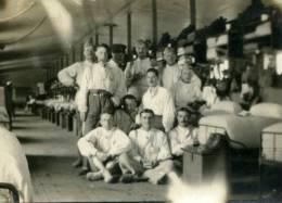 PHOTO AMATEUR 8,2/6 CM GUERRE 14/18..MILITAIRES DANS UNE CHAMBREE 1916  .(VOIR NOMS AU DOS) .QUI RECONNAITRA.? - Guerre, Militaire