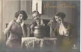 CARTE POSTALE PHOTO ORIGINALE ANCIENNE : TRIO ET COUPLE DE JEUNES FEMMES  SEXY PIN UP EROTIC LESBIANS ; BONNE ANNEE - Femmes
