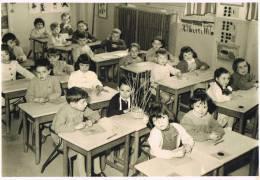 PHOTO - ENSEIGNEMENT -Intérieur D´ Une Classe De  Jeunes Elèves - Noir Et Blanc - Format  11,5  X 16,5 - Photos